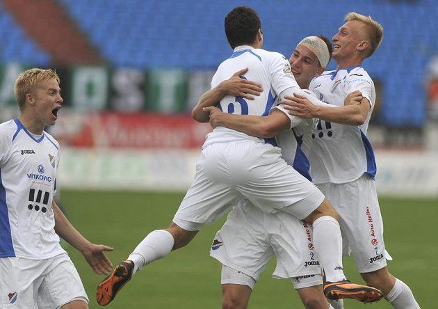 Fotbalisté Baníku Ostrava se radují z třetího gólu, který vstřelili Slovanu Liberec.