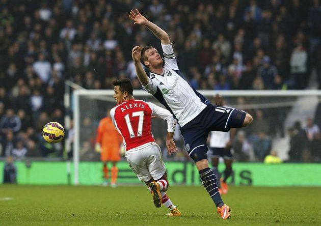 Chris Brunt z WBA (vpravo) se marně snaží zastavit sprintujícího Alexise Sáncheze z Arsenalu.