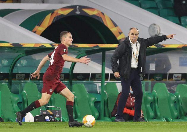 Matěj Polidar v zápase proti Celtiku Glasgow. V pozadí trenér Sparty Václav Kotal