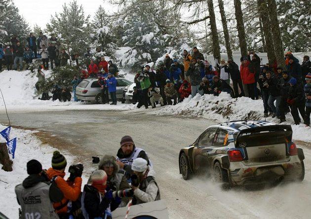 Andreas Mikkelsen s Volkswagenem Polo WRC při soutěži mistrovství světa v Monte Carlu.