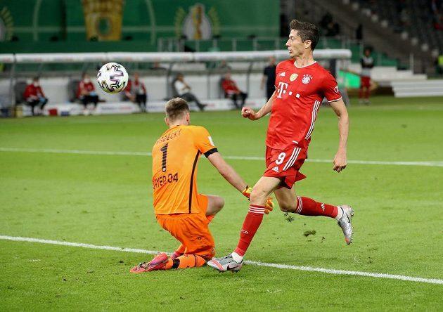 Útočník Bayernu Mnichov Robert Lewandowski dává gól ve finále Německého poháru.