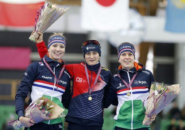 Vítězná Martina Sáblíková v obklopení dvojice Nizozemek - vlevo druhá Carlijn Achtereekteová a třetí Ireen Wüstová.