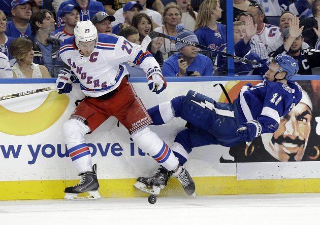 Ryan McDonagh (27) z NY Rangers a Ondřej Palát (18) z Tampy ve třetím semifinále NHL.