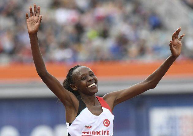 Yasemin Canová z Turecka slaví titul mistryně Evropy v běhu na 10 000 metrů.