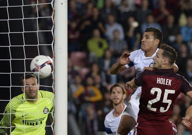 Mario Holek střílí třetí gól Sparty.