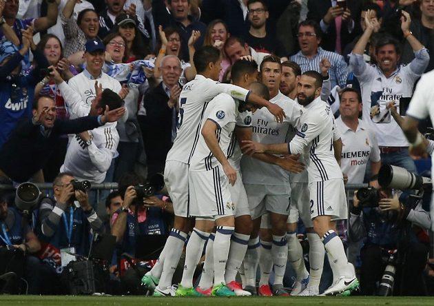 Radost Realu Madrid po gólu Cristiana Ronalda v semifinále Ligy mistrů s Atlétikem Madrid.