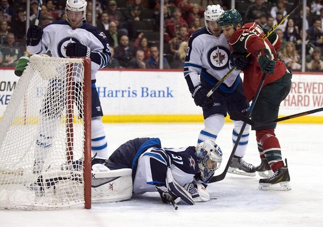 Brankář Winnipegu Ondřej Pavelec zasahuje v utkání s Minnesotou.