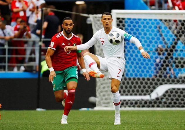 Cristiano Ronaldo (vpravo) v souboji s Mehdim Benatiou z Maroka.