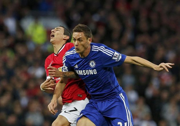 Záložník Chelsea Nemanja Matič v souboji s Argentincem Di Maríou z Manchesteru United.