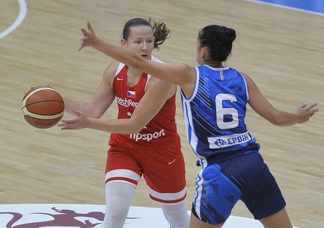 Tereza Vyoralová z ČR a Miljana Džombetaová z Bosny v souboji během přípravného turnaje basketbalistek v Praze.