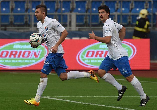 Davor Kukec (s míčem) z Baníku poté, co proměnil penaltu a snížil v utkání s Jabloncem na 1:2. Za ním je jeho spoluhráč Vojtěch Engelmann.