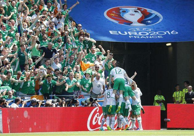 Fotbalisté Irska oslavují spolu s fanoušky vedoucí gól proti Francii.