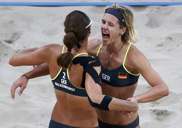 Němky Laura Ludwigová a Kira Walkenhorstová (zády) jsou v olympijském finále plážového volejbalu.