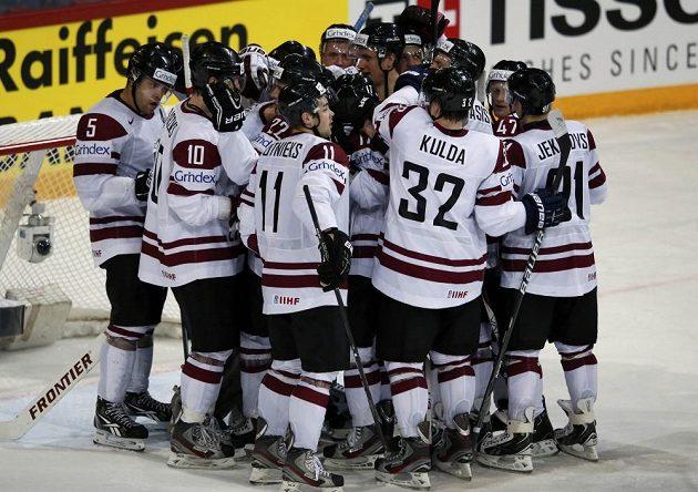 Hokejisté Lotyšska se radují z vítězství nad Francií.
