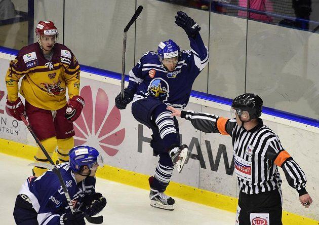 Autor rozhodujícího třetího gólu Kladna Lukáš Strnad se raduje v semifinále play off první hokejové ligy proti Jihlavě.