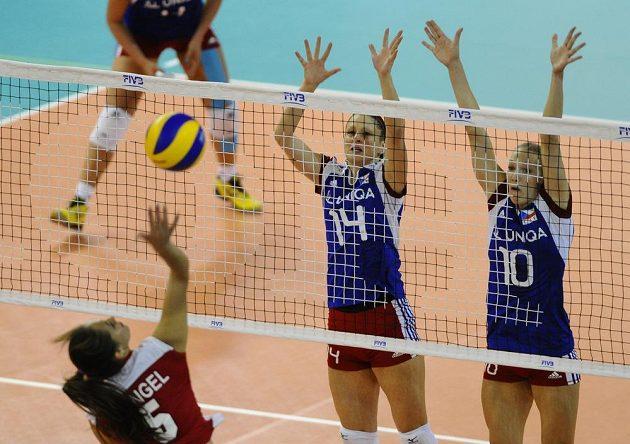 České volejbalistky Nikol Sajdová (vzadu vlevo) a Michala Kvapilová v duelu proti Mexiku.