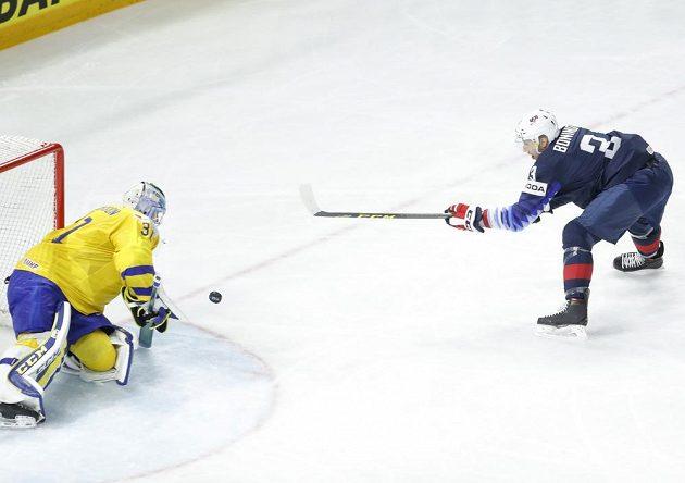 Američan Nick Bonino v šanci v semifinále MS proti Švédsku. Brankář Anders Nilsson si se situací poradil.