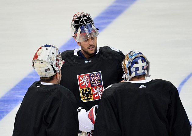 Ondřej Pavelec (uprostřed) na tréninku se svými parťáky Michalem Neuvirthem (vlevo) a Petrem Mrázkem.