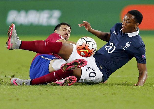 Francouz Anthony Martial (vpravo) v souboji s Nenadem Tomovičem ze Srbska v přátelském utkání v Bordeaux.