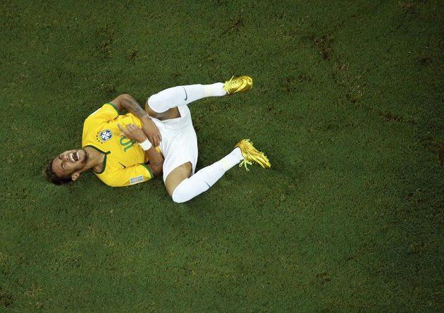 Brazilec Neymar po jednom z kolumbijských ataků.