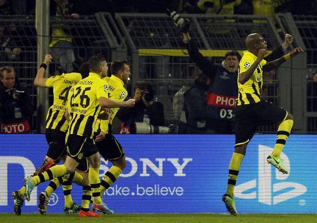 Felipe Santana (vpravo) se raduje se spoluhráči z Borussie Dortmund z vítězného gólu do sítě Málagy.