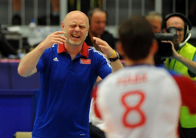 Byly to nervy! Na snímku trenér Zdeněk Šmejkal (vlevo) udílí pokyny českým volejbalistům v souboji s Korejci.