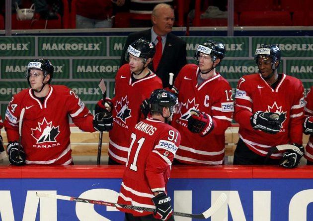 Steven Stamkos (91) oslavuje s dalšími hráči kanadské střídačky gól proti Bělorusku.