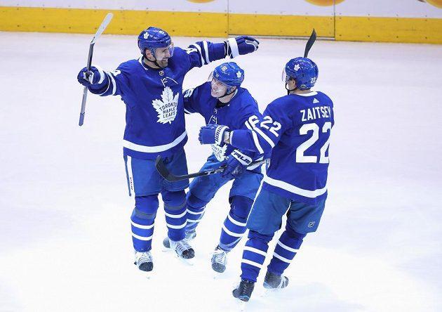 Hokejisté Toronta Maple Leafs slaví. Český útočník Tomáš Plekanec (vlevo) se trefil do prázdné branky Bostonu a pečetil vítězství na 3:1.