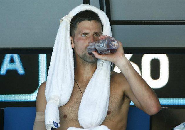 Novak Djokovič se osvěžuje během přestávky v utkání proti Gaëlu Monfilsovi.