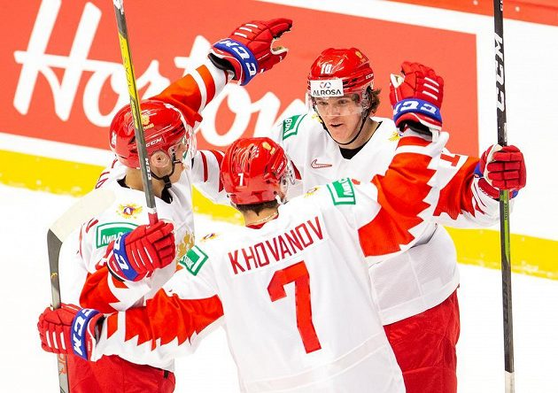 Zleva Nikita Alexandrov, Alexandr Chovanov a Dimitrij Voronkov z Ruska se radují z gólu proti Švýcarsku.