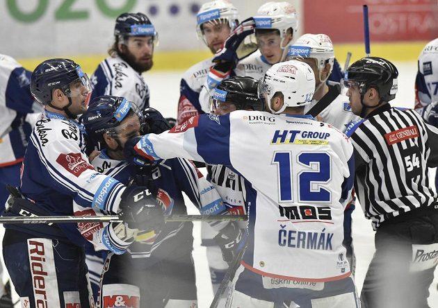 Samson Mahbod z Vítkovic a Leoš Čermák z Brna v souboji během druhého čtvrtfinále play off hokejové extraligy.