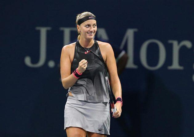 Vítězné gesto Petry Kvitové na konci zápasu s Alizé Cornetovou.