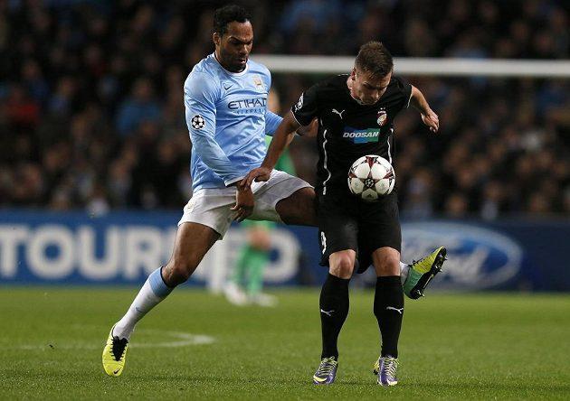 Obránce Manchesteru City Joleon Lescott (vlevo) v souboji s plzeňským útočníkem Stanislavem Teclem v utkání Ligy mistrů.
