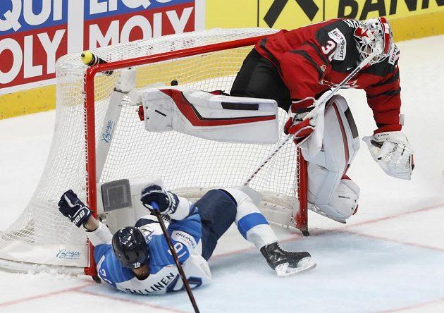 Fin Jere Sallinen končí po faulu v kanadské bráně pod gólmanem Mattem Murraym.