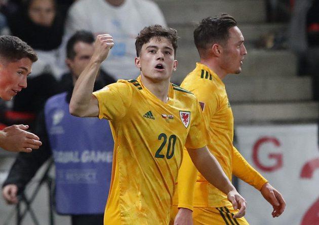 Daniel James z Walesu se raduje po gólu proti Česku.