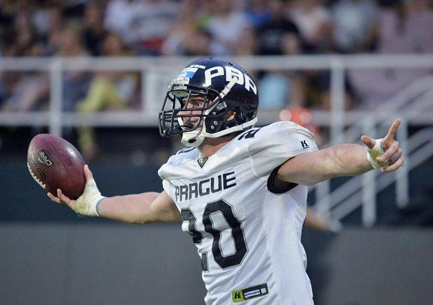 Jan Kabát z Panthers při touchdownu finále české ligy amerického fotbalu.