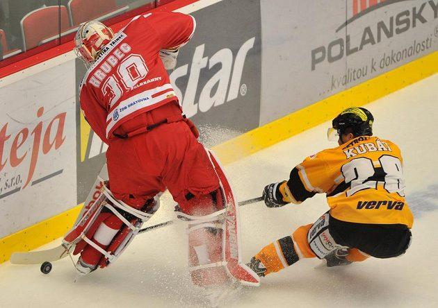 Litvínovský obránce Karel Kubát (vpravo) se snaží vypíchnout puk třineckému brankáři Šimonu Hrubcovi v utkání 16. kola hokejové Tipsport extraligy.