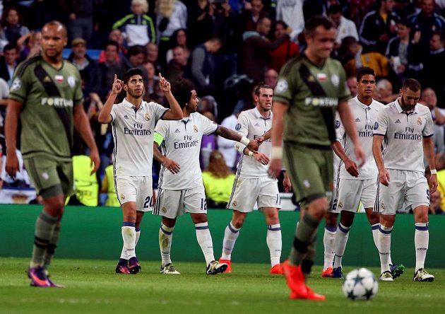 Marco Asensio (č. 20) z Realu Madrid slaví se spoluhráči gól proti Legii Varšava.