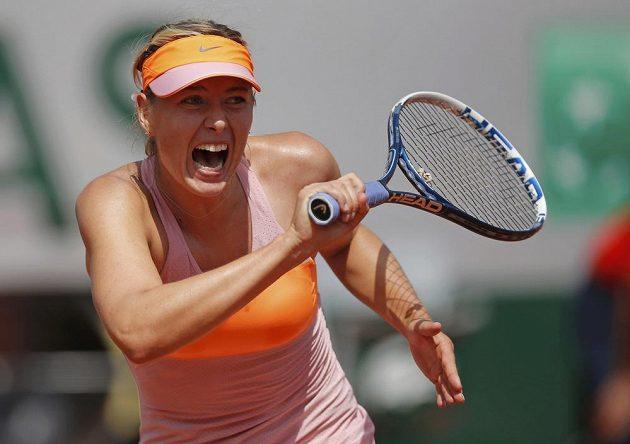 Úsilí Marie Šarapovové ve finále letošního French Open.