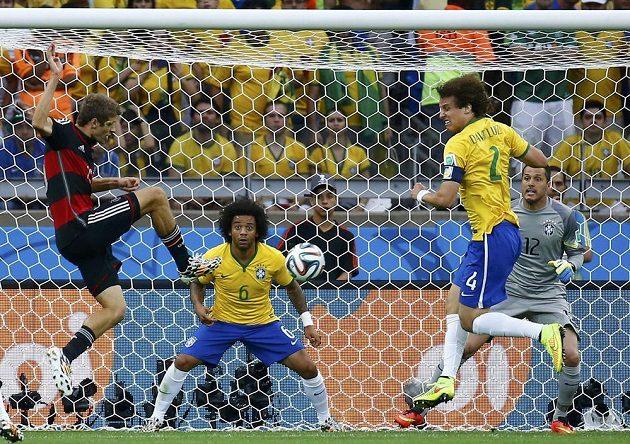Thomas Müller (vlevo) takhle otevřel skóre semifinálového klání s Brazílií.