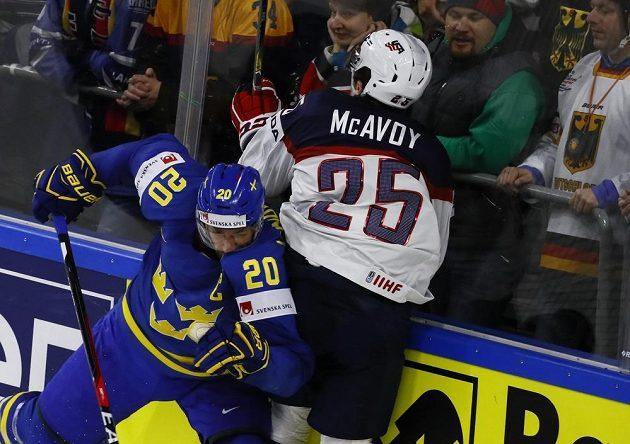 Ostrý souboj Charlie McAvoy - Joel Lundqvist.