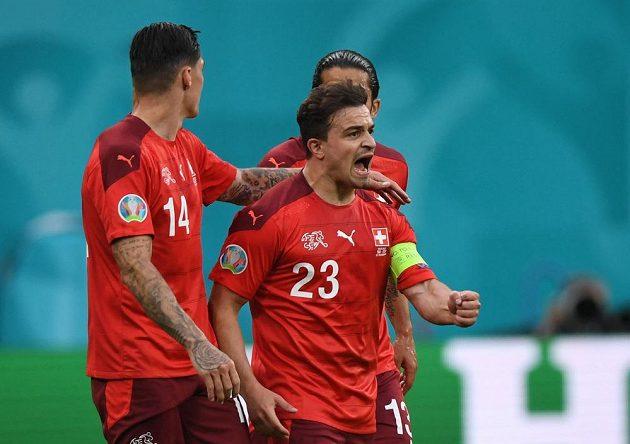 Švýcarská radost po vyrovnání ve čtvrtfinále EURO. Gól vstřelil Xherdan Shaqiri.