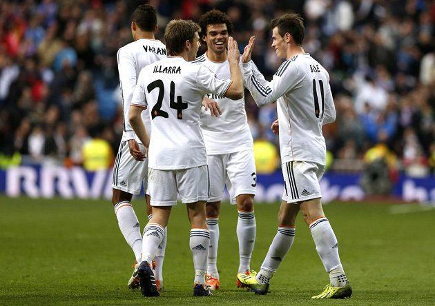 Spoluhráči Garetha Balea (vpravo) gratulují střelci k brance v utkání proti Elche.