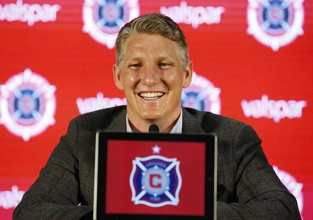 Basitan Schweinsteiger při představení po přestupu do klubu Chicago Fire.