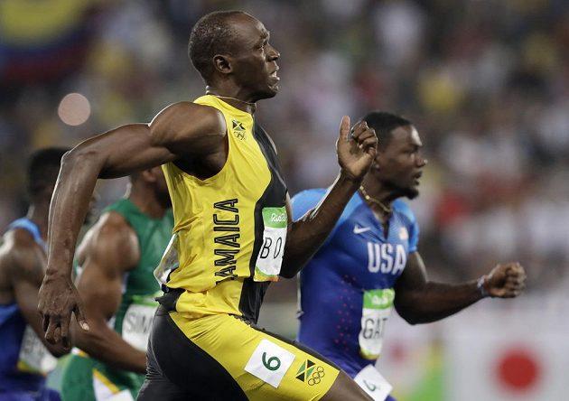 I přes špatný start Usain Bolt svého rivala Justina Gatlina předběhl.
