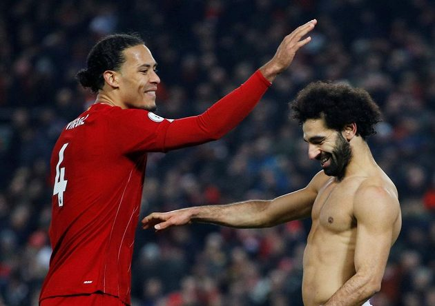 Liverpoolští střelci oslavují. Do sítě Manchesteru United se v Premier League trefili Virgil van Dijk i Salah.
