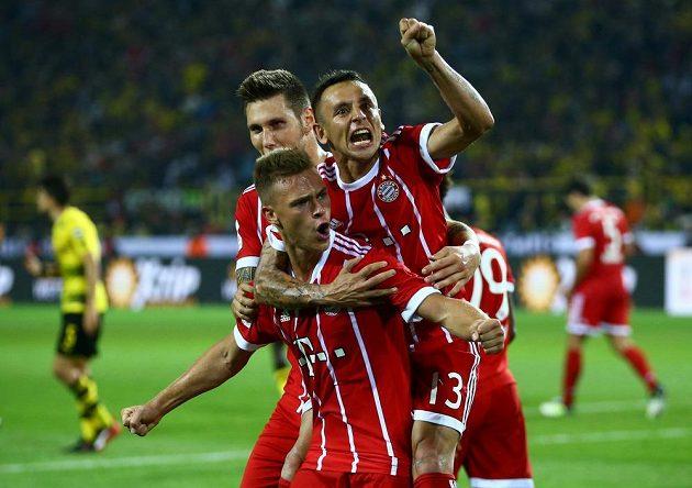 Joshua Kimmich a hráči Bayernu se radují z vyrovnání na 2:2.