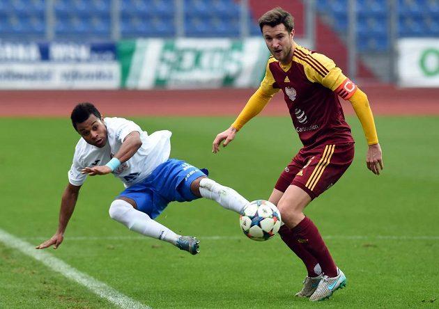 Zleva Dyjan Carlos De Azevedo z Ostravy a Marek Hanousek z Dukly Prahy bojují o míč.