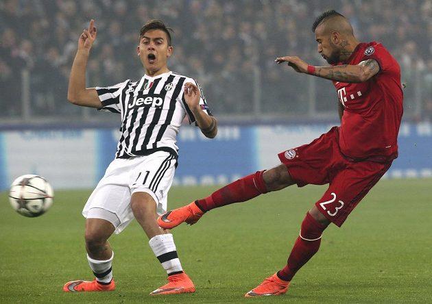 Paulo Dybala (vlevo) z Juventusu už střelu Artura Vidala z Bayernu zblokovat nestačil.