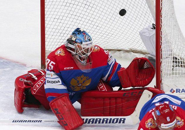 Ruský brankář Alexej Murygin inkasuje gól z hole Martina Zaťoviče.